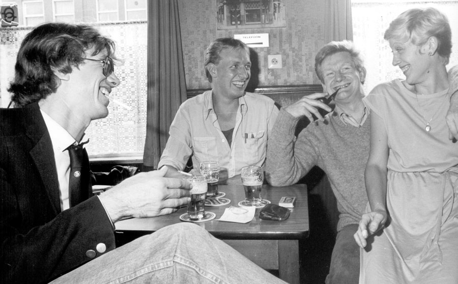 Foto: 27 augustus 1982. Albert de Lange (midden), Syp Wynia (links) en rechts Henk J. Meier (met onbekende dame) in Café Annie en Wim in Groningen.