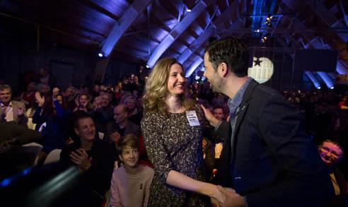 UTRECHT - Sharon Gesthuizen (L) feliciteert haar tegenkandidaat Ron Meyer, de nieuwe voorzitter van de SP, tijdens het partijcongres van de SP in Utrecht. ANP BART MAAT