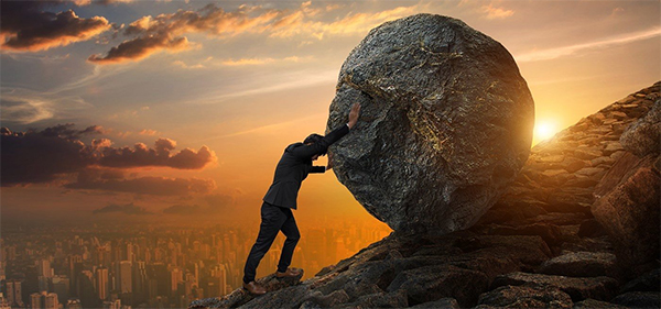 persoon-steen-omhoog-berg