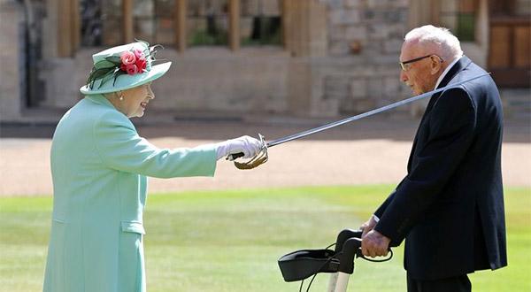 koningin-elizabeth-ridder-captain-tom-moore