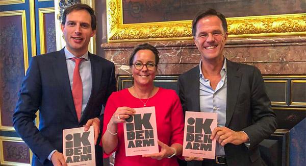 minister-wopke-hoekstra-staatssecretaris-tamara-van-ark-premier-mark-rutte-een-boekje-in-ontvangst