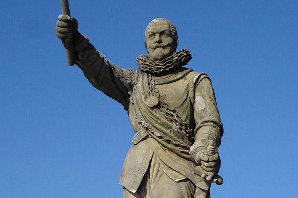 standbeeld-van-piet-hein-in-delfshaven
