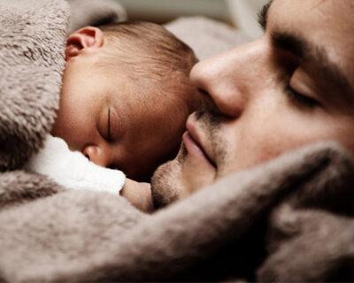 vaderschapsverlof-vader-en-baby-slapen