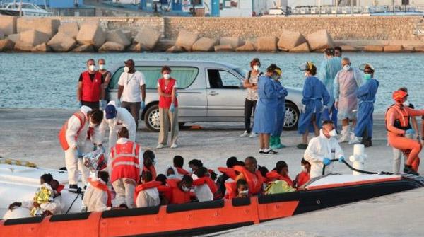 honderden-migranten-arriveren-op-en-vissersboot-op-lampedusa