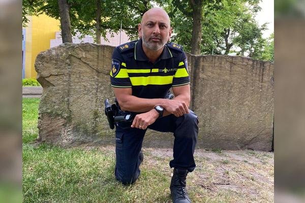 politieofficier-martin-sitalsing-liet-zich-uit-solidariteit-met-black-lives-matter-knielend-fotograferen