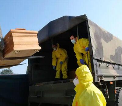 bergamo-worden-doodskisten-in-militaire-voertuigen-geladen