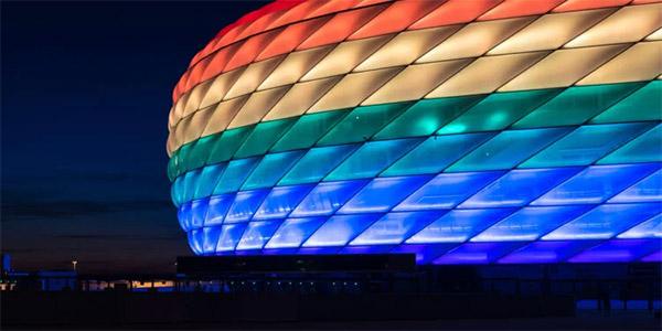munchen-had-de-allianz-arena-in-regenboogkleuren-willen